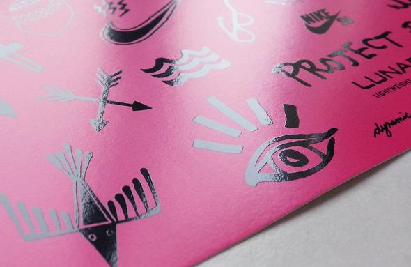 Gros plan sur un stickers en sérigraphie au différent rendu mat et brillant