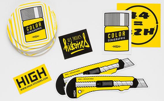 Groupement stickers noir et jaune sur vinyle blanc