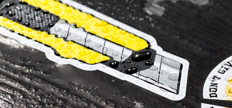 Zoom sur stickers extérieur serigraphie noir et jaune