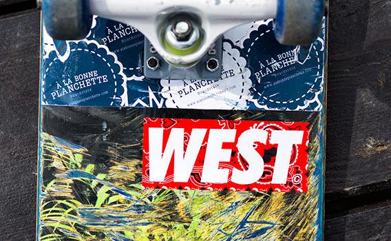 Autocollant West Boardstore Le Havre sur un skateboard